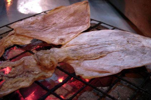 Nướng mực khô bằng than hoa